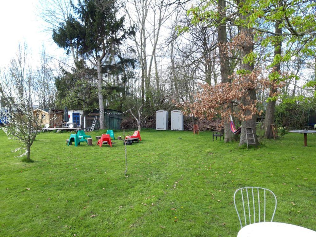 der weitläufige Garten ist bis auf ein paar Gartenmöbel,die Komposttoiletten und eine Hängematte leer
