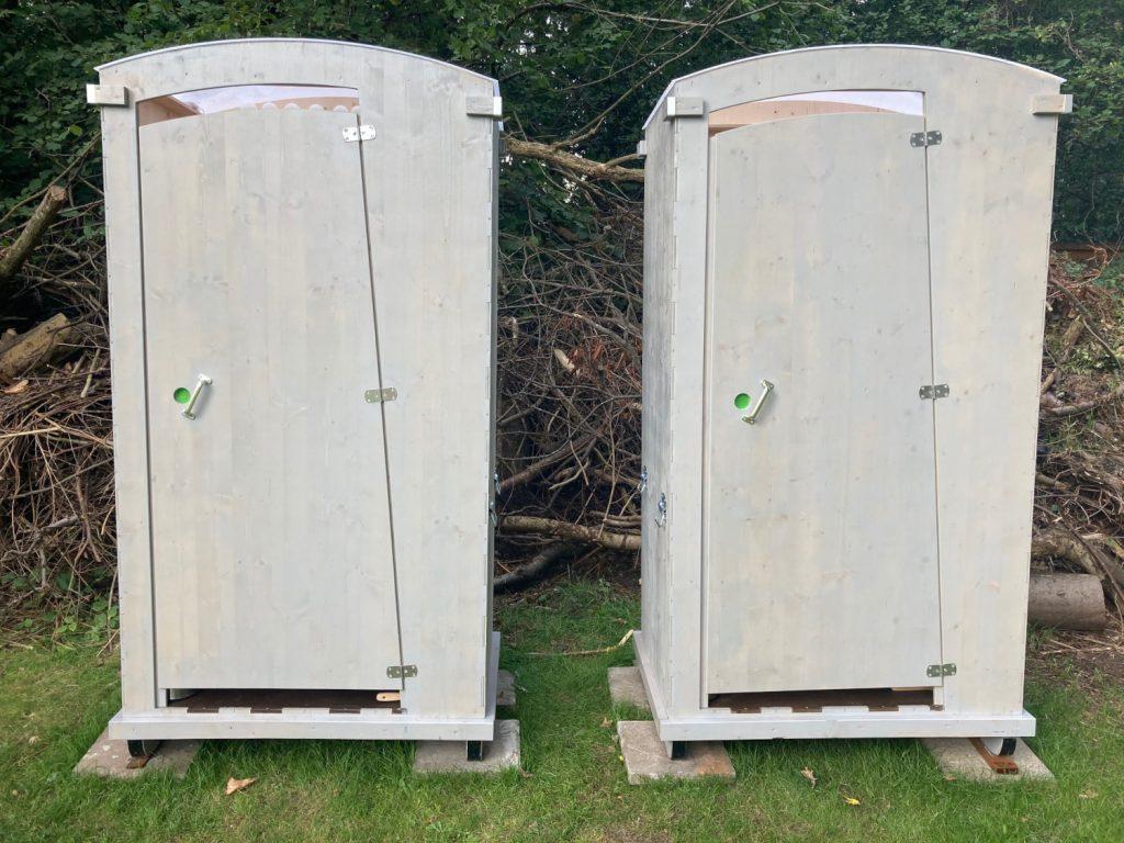 die hellgrau angestrichenen Komposttoiletten, sind beide frei