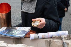 Eine tagesaktuelle Zeitung, ein Programmheft, ein Kompass und Pläne zum Bau landeten in der Zeitkapsel bei der Grundsteinlegung.