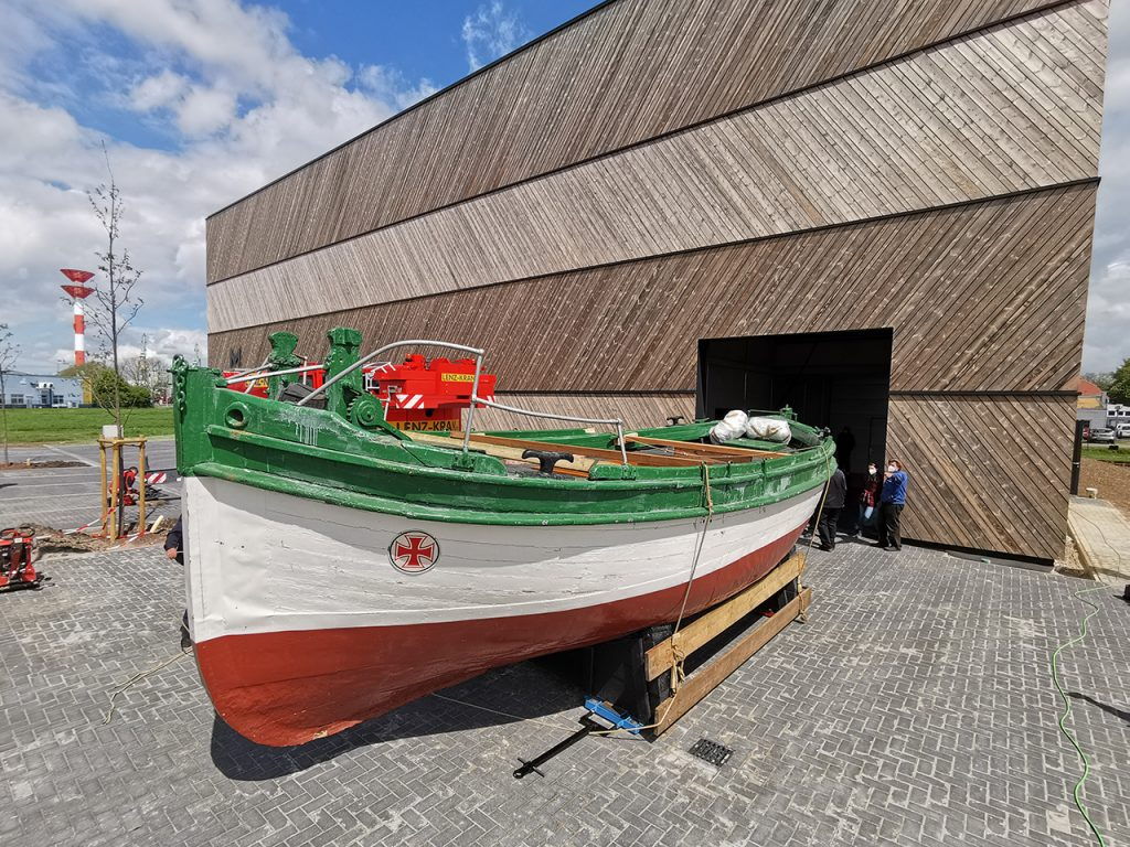 Die GEHEIMRAT HEINRICH GERLACH zieht als größtes Objekt in das neue Forschungsdepot. Es handelt sich um ein Segelrettungsboot.