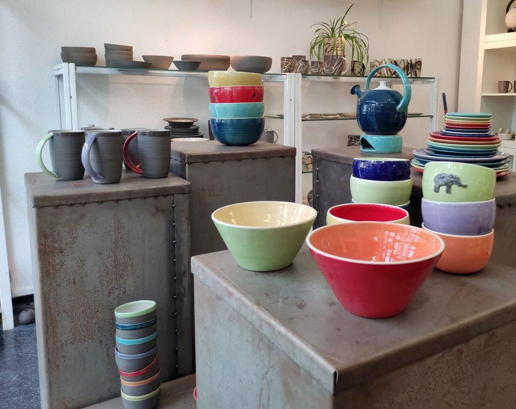 Tassen, Schüssel, Kanne, Stövchen in der Keramikwerkstatt (c) Tanja Albert