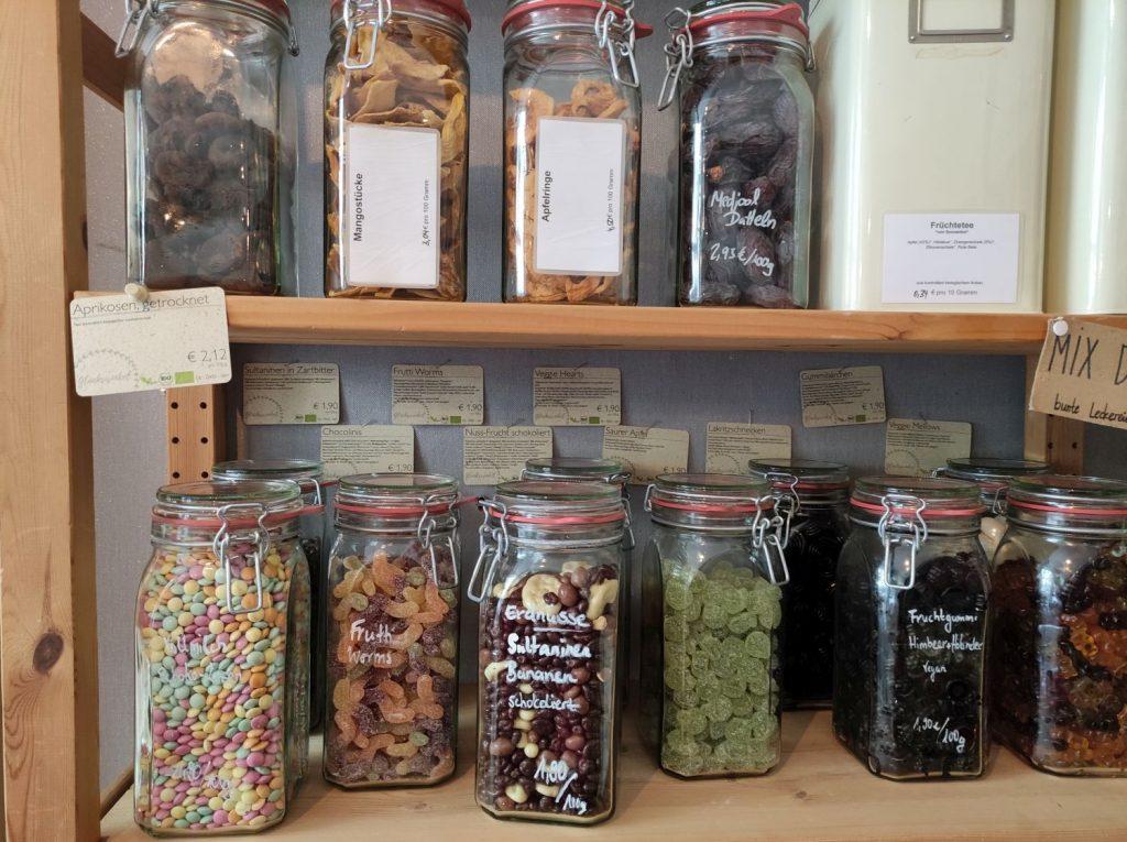 Trockenfrüchte und Süßigkeiten in Gläsern (c) Tanja Albert