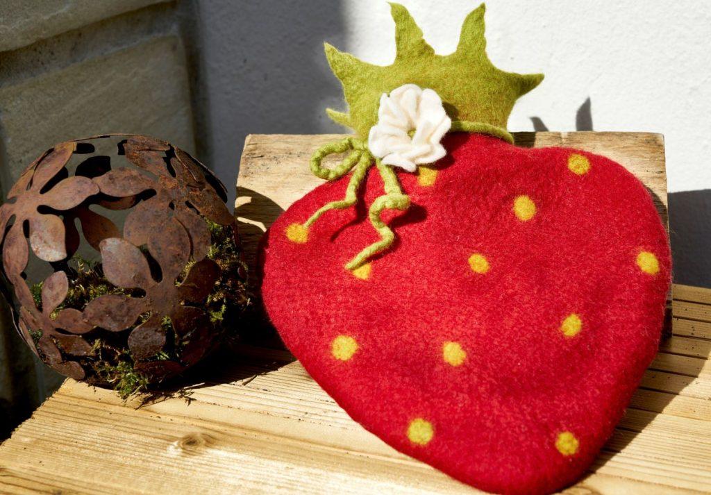Filzwärmflasche in Erdbeerform (c) Peter Breitlauch
