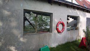 die Kulturwerkstatt vor der Renovierung: ein herntergekommener Schuppen ohne Fenster, von innen bewachsen