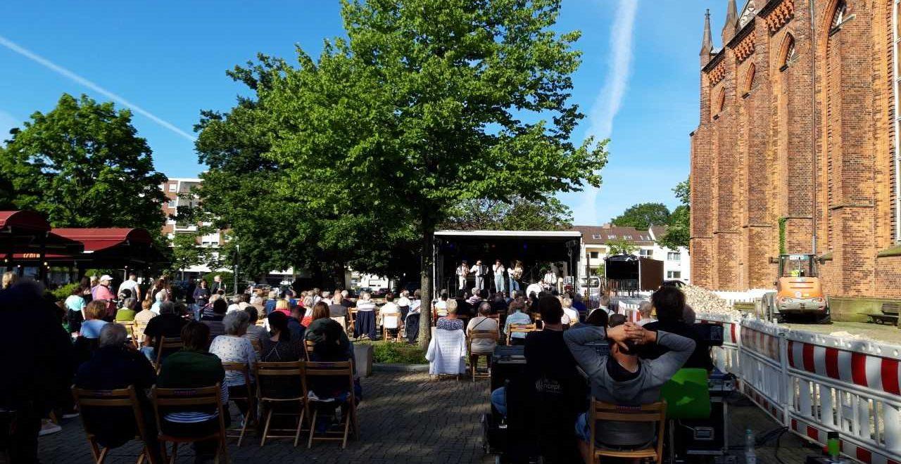 Ein Konzert findet neben der Großen Kirche statt