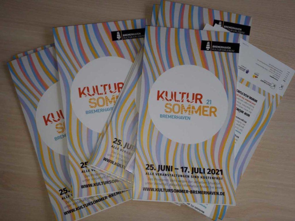 """Ein Flyer in Lila- und Gelbtönen mit dem Wort """"Kultursommer"""" auf dem Titel"""