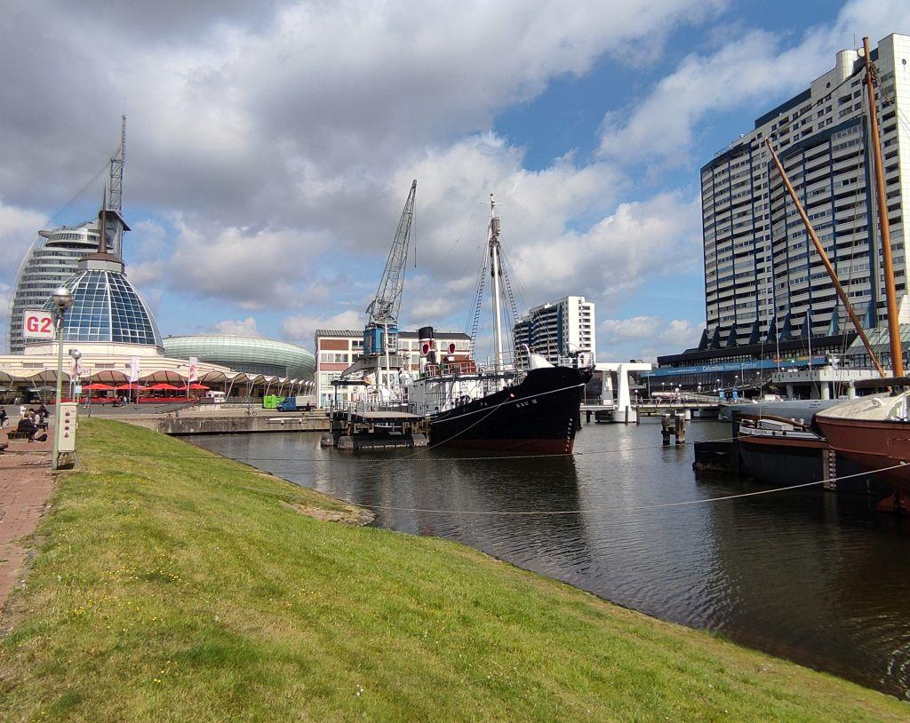 Museumshafen mit Schiffen und dem Columbus Shopping Center im Hintergrund (c) Tanja Albert