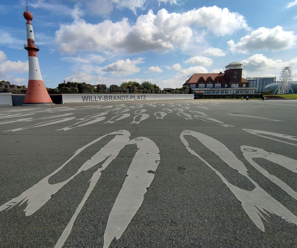 Willy-Brandt-Platz mit auf dem Boden gemalten Fischen und dem Minarett und der Strandhalle im Hintergrund (c) Tanja Albert