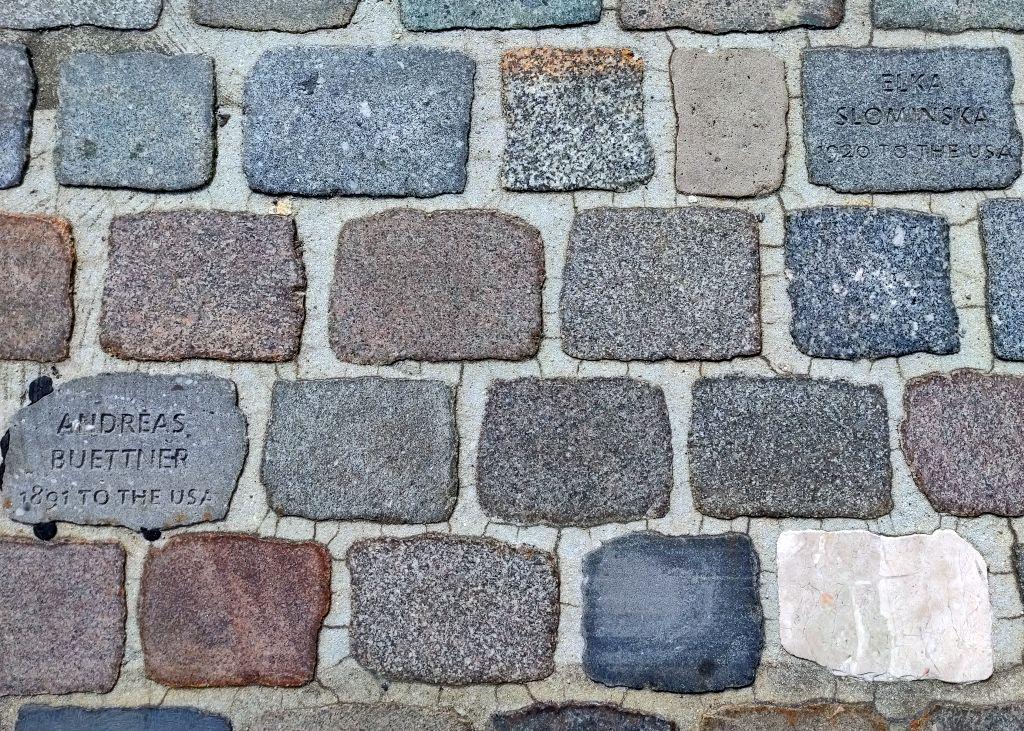 Pflastersteine mit Namen Ausgewanderter (c) Tanja Albert