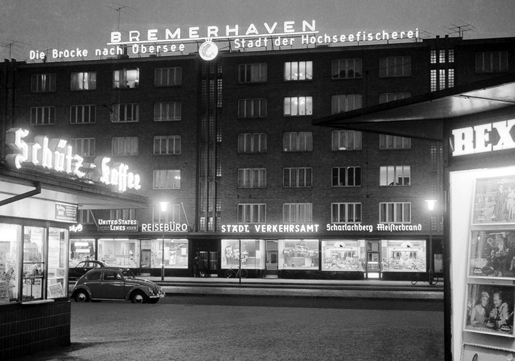 Leuchtreklame am Bremerhavener Hauptbahnhof um 1953 © Historisches Museum Bremerhaven