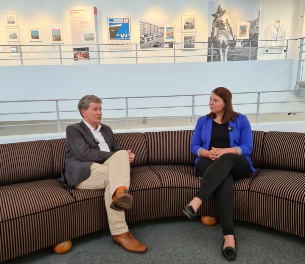 Dr. Kai Kähler und Kira Grüning auf dem Sofa (c) Lina Amarie Altin