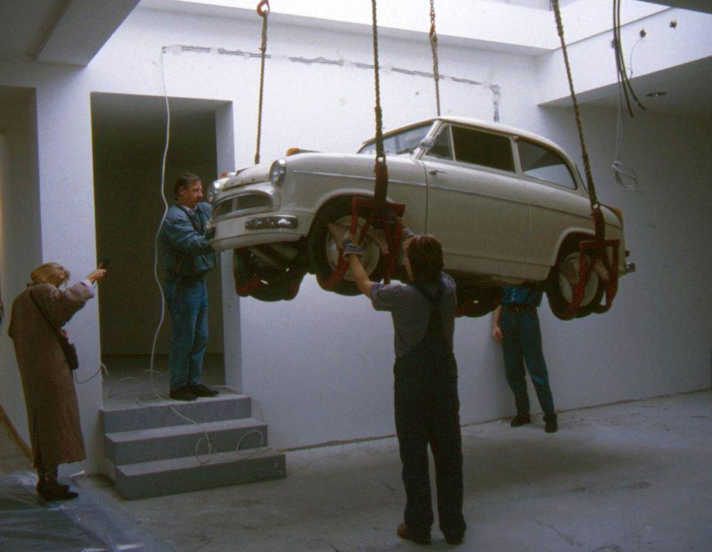 Altes Auto wird an Seilen hochgezogen (c) Historisches Museum Bremerhaven