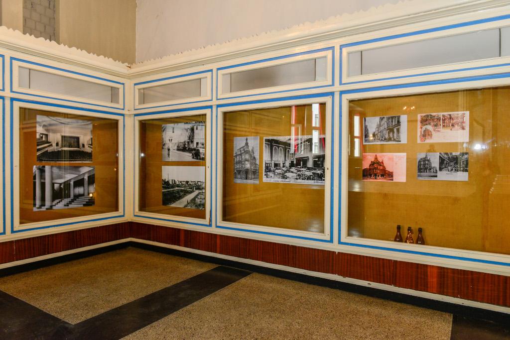 In großen Schaukästen hängen über Eck Drucke alter Fotoaufnahmen, die die Geschichte des TIVOLI dokumentieren.