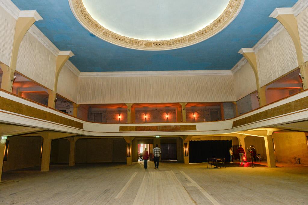 Es ist der große Saal im TIVOLI zu sehen. Er ist festlich beleuchtet.