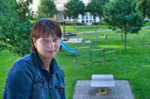 Tanja auf dem Balkon zum grünen Innenhof im Scharnhorstviertel (c) Andreas Larmann