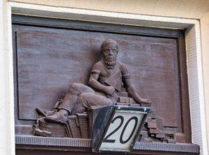 Geschnitzte Holzfigur über Haustür (c) Andreas Larmann