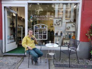 Töpferin Angela Färber sitzt vor der Keramikwerkstatt (c) Tanja Albert